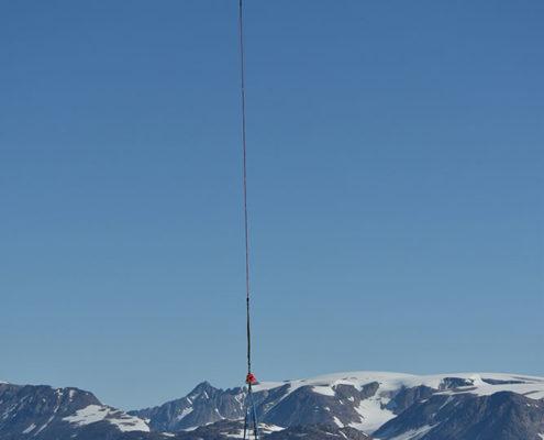 Fotografi af en helikopter som transporterer geologisk materiale